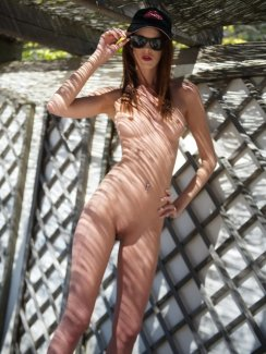 Free HQ gallery of Girlfolio`s model Melissa Tongue. This slim brunette loves to strip naked outdoors.